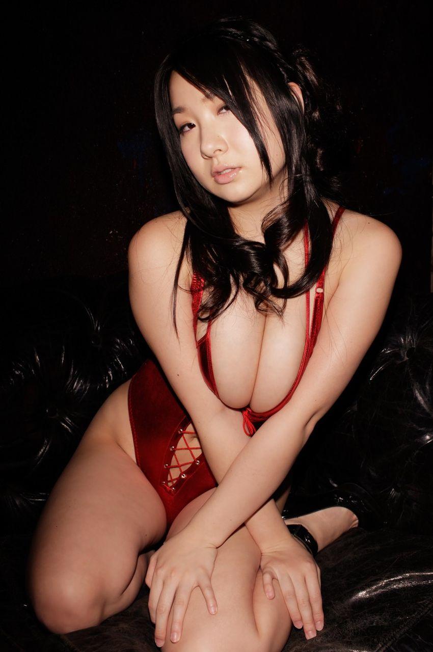 爆乳グラビアアイドル・桐山瑠衣のJカップノーブラ&水着グラビアがエロい!画像まとめ