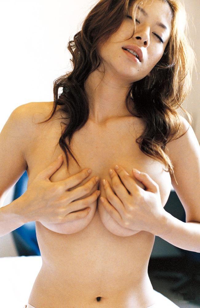 真木よう子のGカップ巨乳セミヌードグラビア!手ブラ・水着画像まとめ
